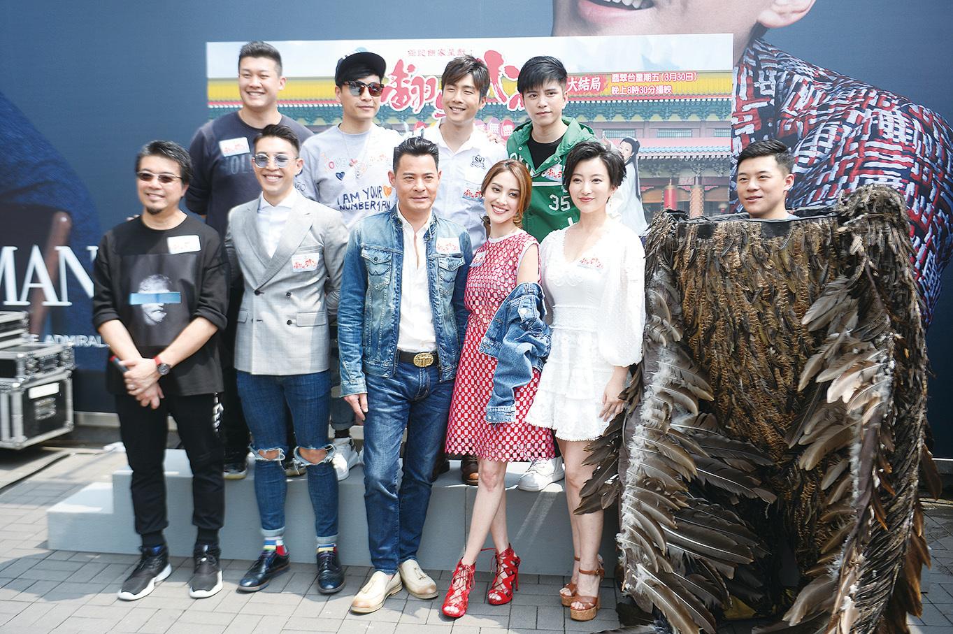 《翻生武林》劇中主要演員黃智賢(前排左三)、陳凱琳(右三)到尖沙咀出席宣傳活動,表示對收視有信心。(宋碧龍/大紀元)