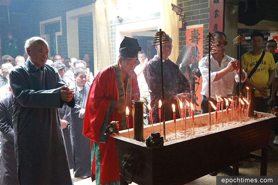 北帝、文昌帝及關帝恭送回三聖宮後進行拜神儀式。(陳仲明/大紀元)