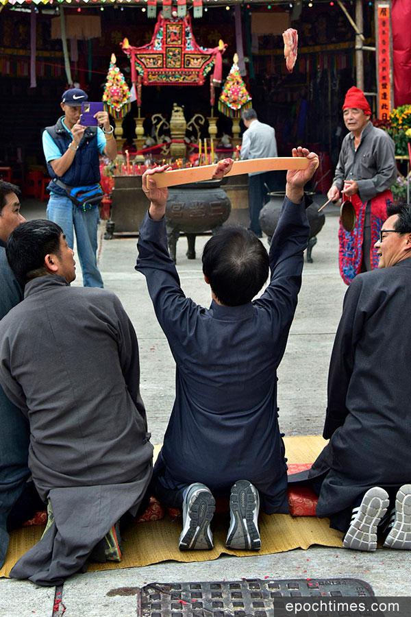 粉嶺圍太平洪朝「問杯」儀式。(張浩林先生提供)