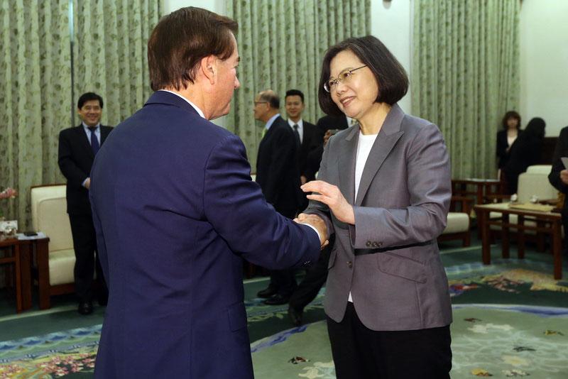 台灣總統蔡英文(前右)3月27日在總統府,接見美國聯邦眾議院外交委員會主席羅伊斯(Ed Royce),並握手致意。(中央社)