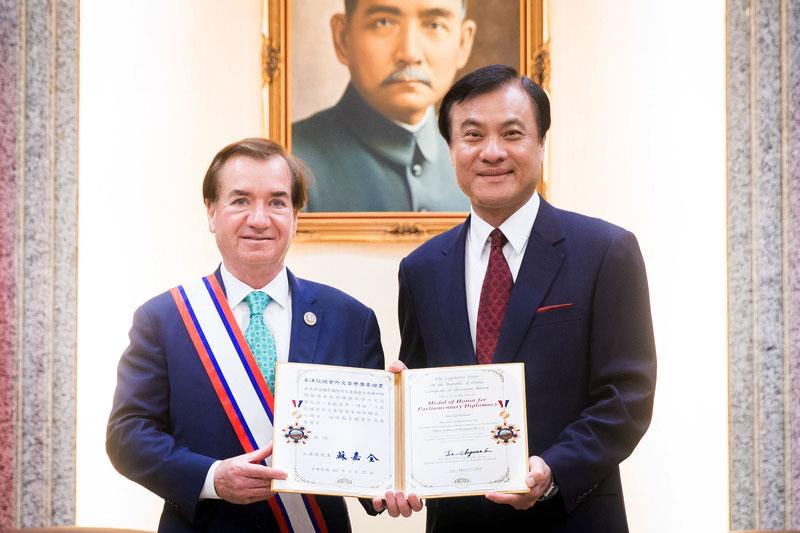 台灣立法院長蘇嘉全(右)頒贈「國會外交榮譽獎章」給美國眾議院外交委員會主席羅伊斯(Ed Royce),他也是首位獲得這項獎章的美國國會議員。(陳柏州/大紀元)