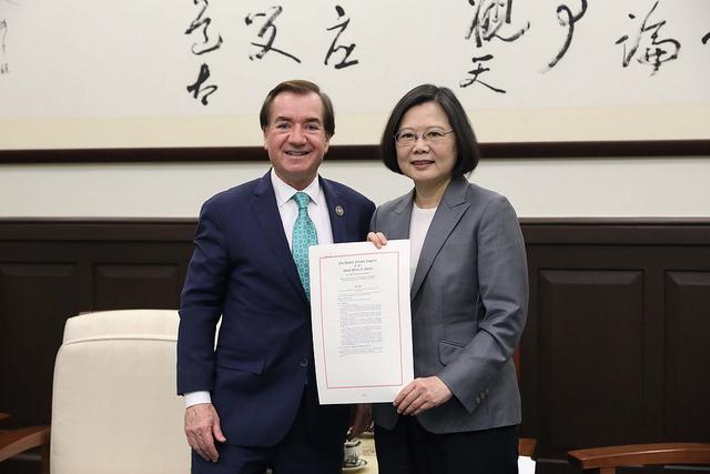 台灣總統蔡英文接見「美國聯邦眾議院外交委員會主席羅伊斯訪問團」,針對羅伊斯大力支持《台灣旅行法》,協助法案順利在美國國會通過,並且獲得特朗普總統簽署生效,她特別表示感謝。(台灣總統府)