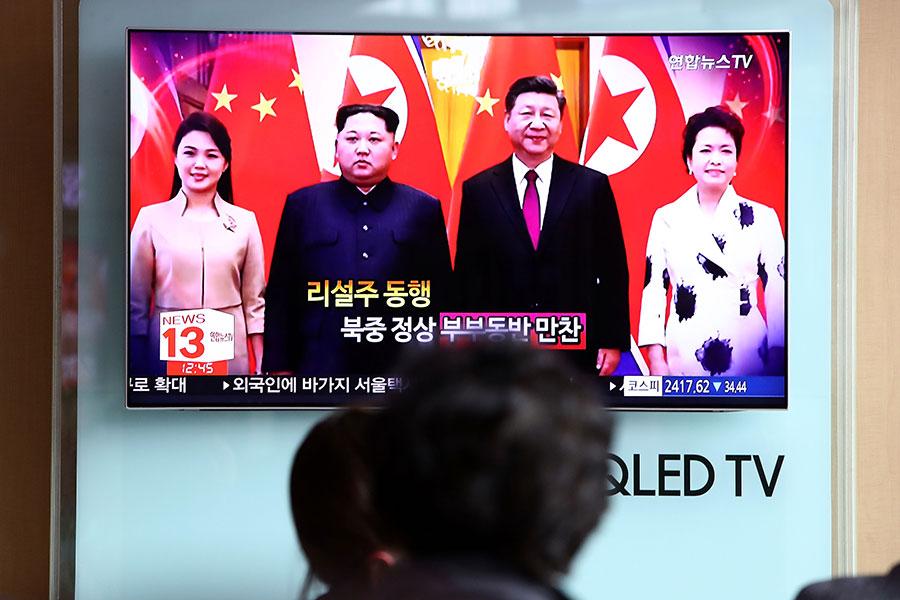 在特金會前夕,北韓領導人金正恩出乎意外地訪問中國,引發媒體廣泛關注。圖為國家主席習近平與北韓領導人金正恩會晤的電視畫面。(Chung Sung-Jun/Getty Images)