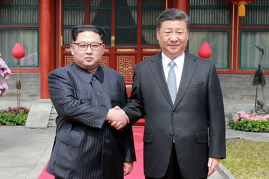 日本《讀賣新聞》引述消息稱,中國國家主席習近平計劃在6月訪問北韓,與北韓領導人金正恩進行會談。圖為2018年3月27日,金正恩訪華期間與習近平會晤。(AFP/Getty Images)