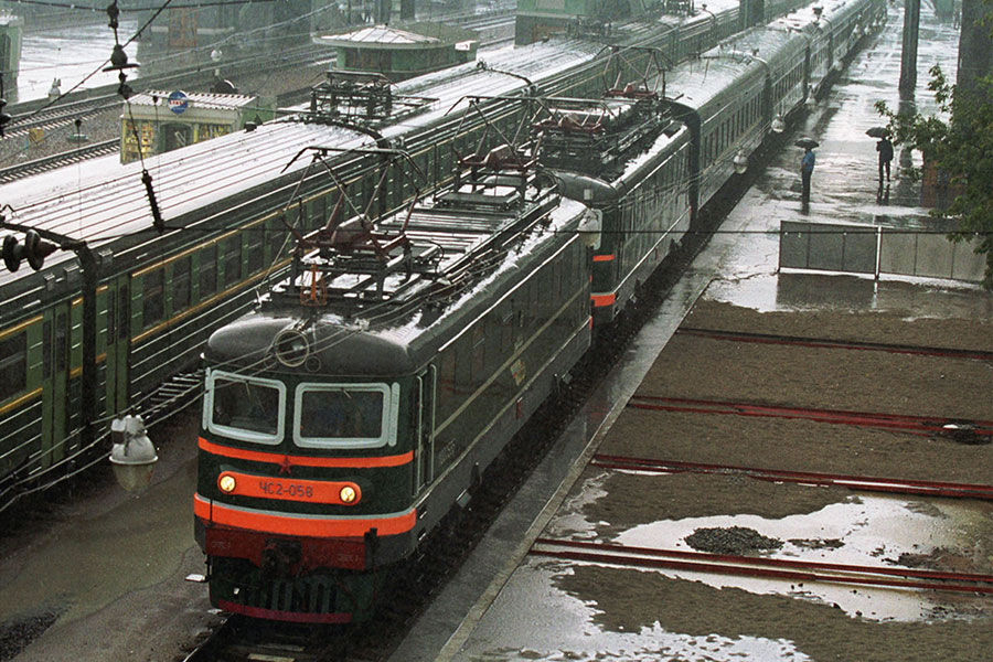 日媒3月28日披露,金正恩乘專列返回北韓時,為了防止被恐怖襲擊,鴨綠江大橋附近曾一度被封鎖,沿岸的住宿不讓入住。圖為北韓前領導人金正日於2001年訪問俄羅斯所搭乘的專列。(ITAR-TASS/Igor Kolomeytsev/Getty Images)