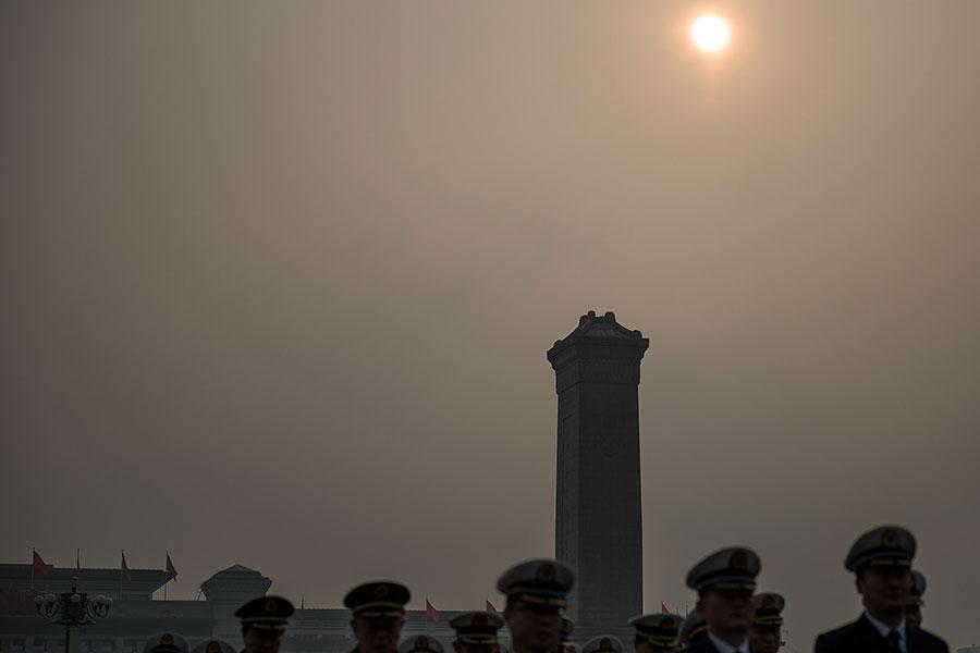中共兩會日前落幕,北京新的對外與對台人事布局已完成,學者分析,北京面臨兩大挑戰。(Etienne Oliveau/Getty Images)