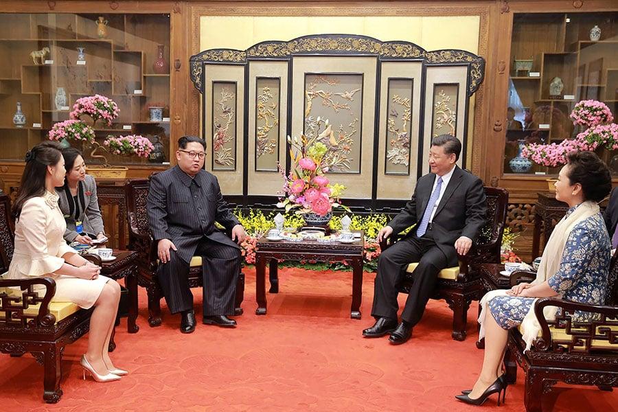 北韓領導人金正恩在3月25日到28日秘密訪問北京。圖為3月27日,習近平與金正恩會晤。(AFP/Getty Images)