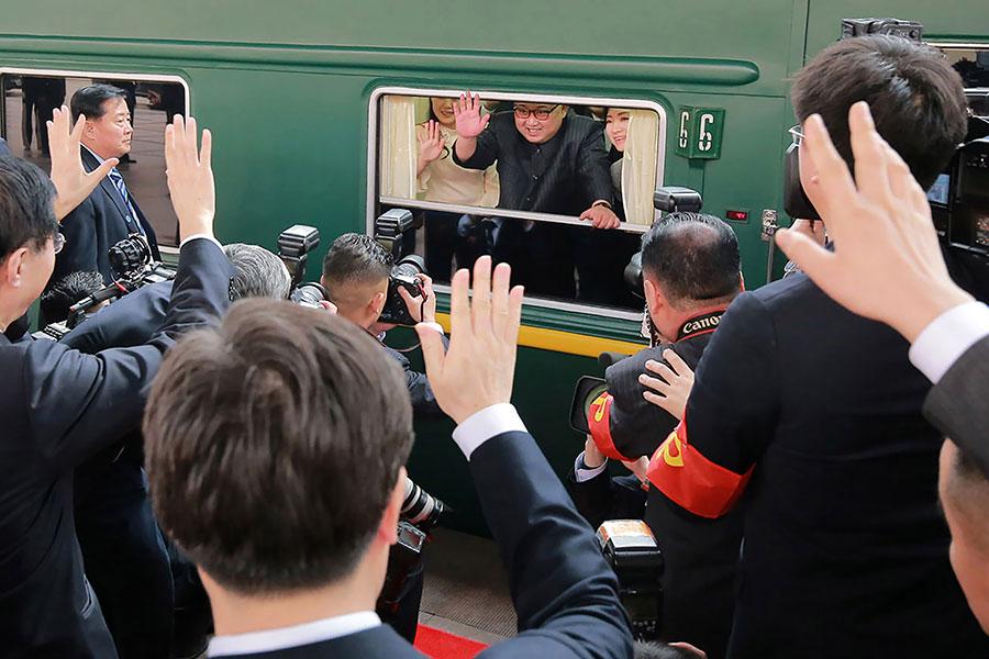 北韓領導人金正恩乘專列在3月26日下午抵達北京進行了秘密訪問。圖為3月27日,北韓領導人金正恩於北京火車站乘搭專列準備返回平壤,與中方送行人員揮手。(AFP/Getty Images)