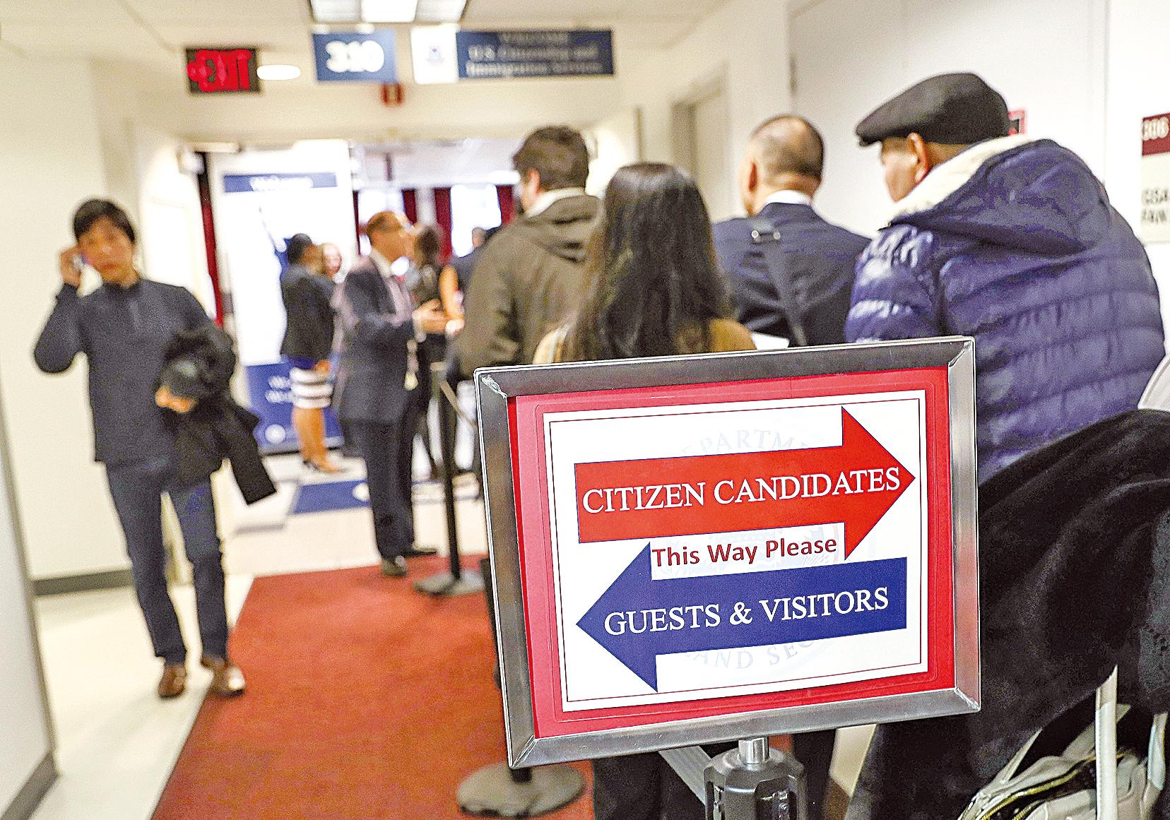 人口普查詢問公民身份是否利大於弊引發爭議。圖為今年2月紐約一個新公民宣誓儀式的現場。(John Moore/Getty Images)