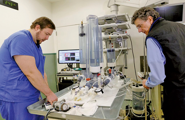 Sanjiv Kaul 博士和他的團隊研發出了一個設計極其簡單的人工心臟,或可終身使用。(OHSU/Kristyna Wentz-Graff)