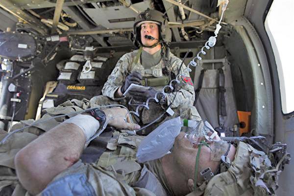 戰場上的醫護人員通常只有很短的時間來救治傷員,這常導致永久性殘疾或令人惋惜的陣亡。(Paula Bronstein/Getty Images)