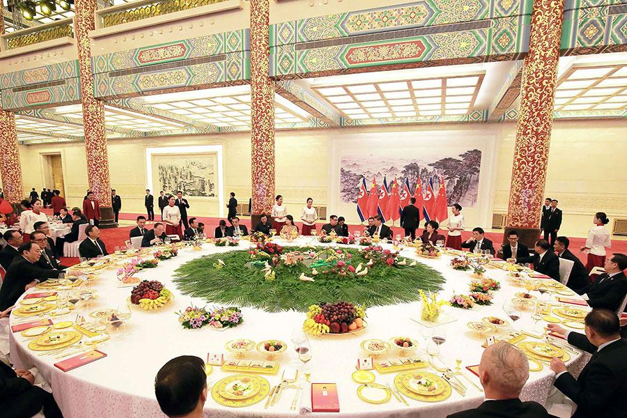 3月26日,北韓領導人金正恩訪問北京,習近平設宴招待。李克強、王滬寧及國家副主席王岐山亦有出席。(AFP/Getty Images)
