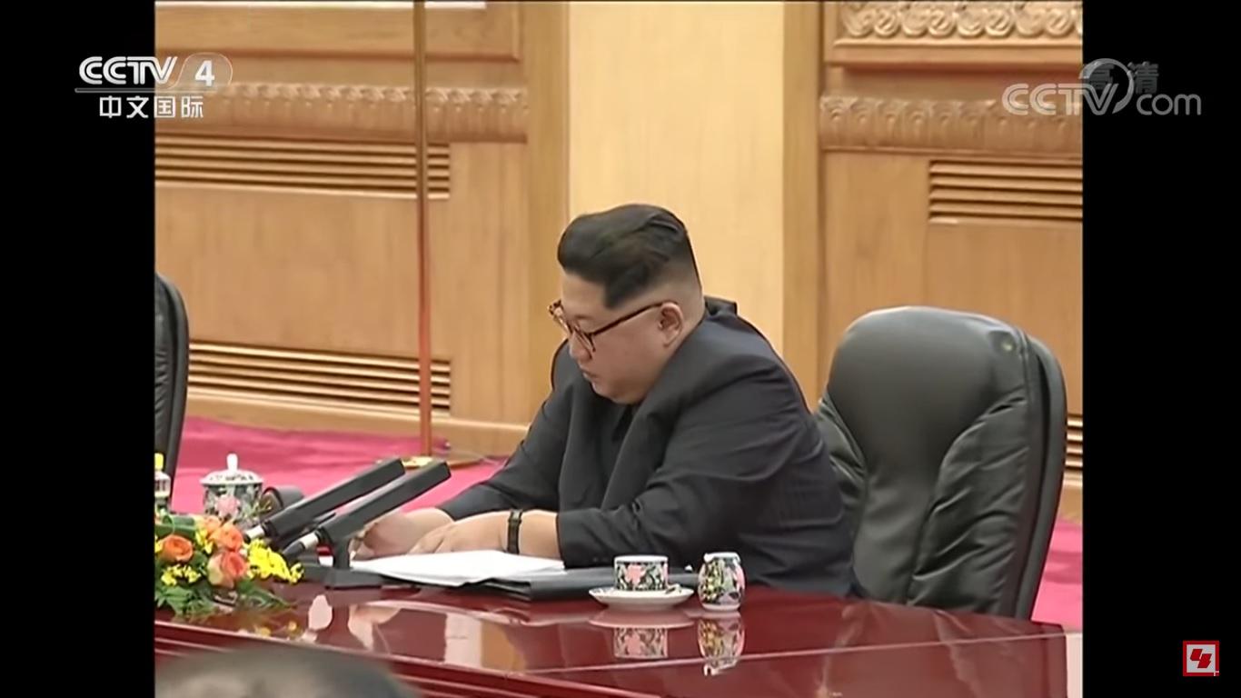 當習近平講話時,北韓領導人金正恩認真做筆記。(視像擷圖)
