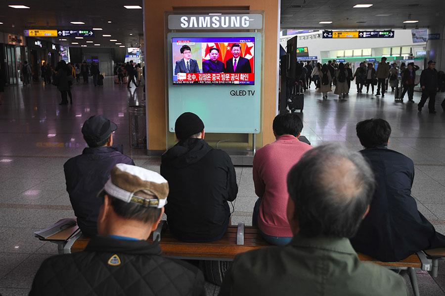 《日本經濟新聞》援引消息稱,北韓領導人金正恩在3月會晤中國國家主席習近平會面時,表達了恢復六方會談的意願。圖為2018年3月28日,南韓首爾火車站的電視在播放有關金正恩訪問中國的消息。(JUNG YEON-JE/AFP/Getty Images)