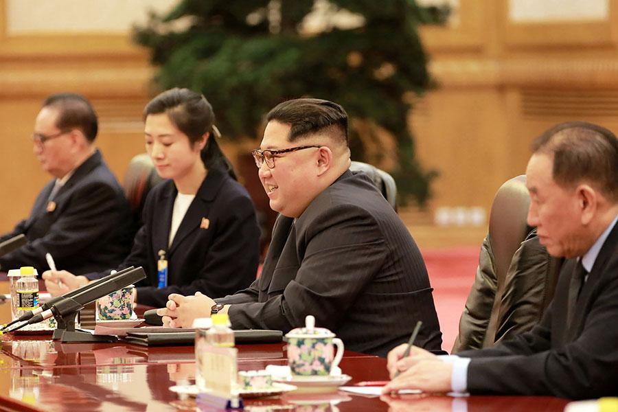 北韓領導人金正恩(右二)在訪華期間會見中國國家主席習近平,提到了無核化的意願與條件。(AFP/Getty Images)