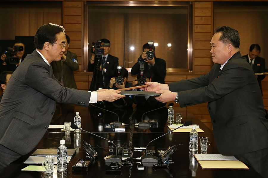 3月29日南北韓兩國舉行高級別會談。圖為兩國代表會談後互相交換文件。(Korea Pool/Getty Images)