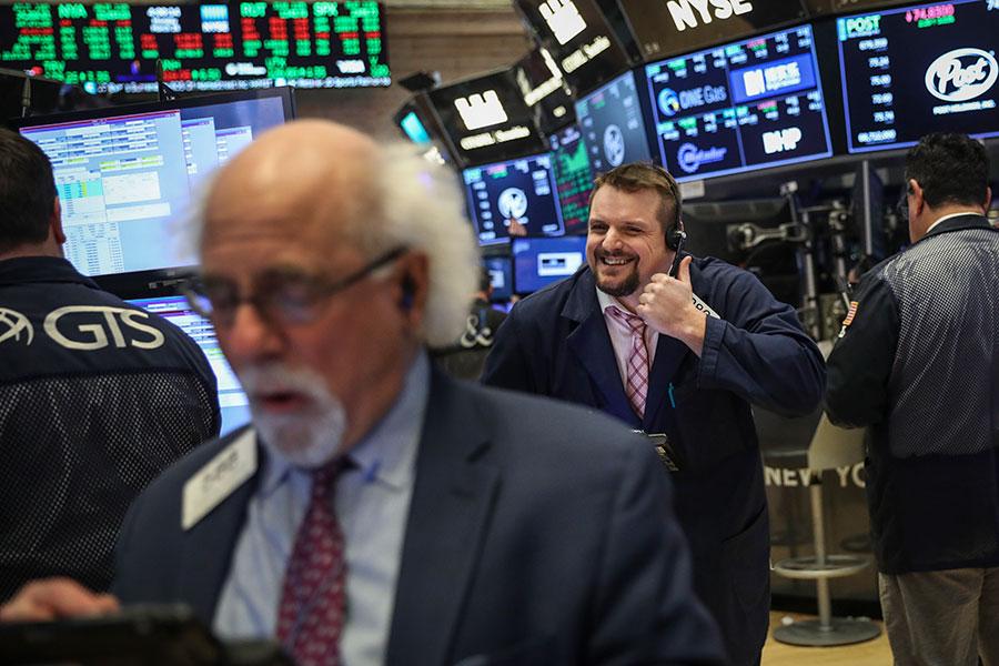 美國總統特朗普積極反制對手國(包括中共)的不公平貿易行為,中美貿易衝突加劇,對華爾街經理人來說,這是一場高風險的投資賭注,但是有些人相信特朗普可以幫他們打出好牌。(Drew Angerer/Getty Images)