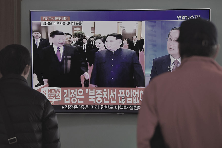 金正恩3月25日至28日首次出訪中國,並會見中國國家主席習近平。圖為2018年3月28日,南韓首爾火車站的電視在播放有關金正恩訪問中國的消息。(JUNG YEON-JE/AFP/Getty Images)
