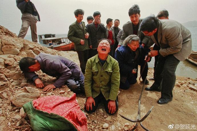 大陸著名攝影記者賀延光近日在微博上一張農民長跪痛哭兒子遇害的照片引發軒然大波。(賀延光微博)