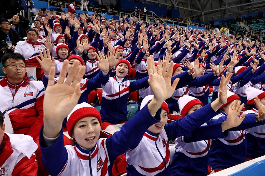 南韓「每日北韓」網站援引消息稱,北韓派出的平昌冬奧會代表團中有大量特工。圖為2018年2月15日,在平昌冬奧會上加油的北韓啦啦隊。(Bruce Bennett/Getty Images)