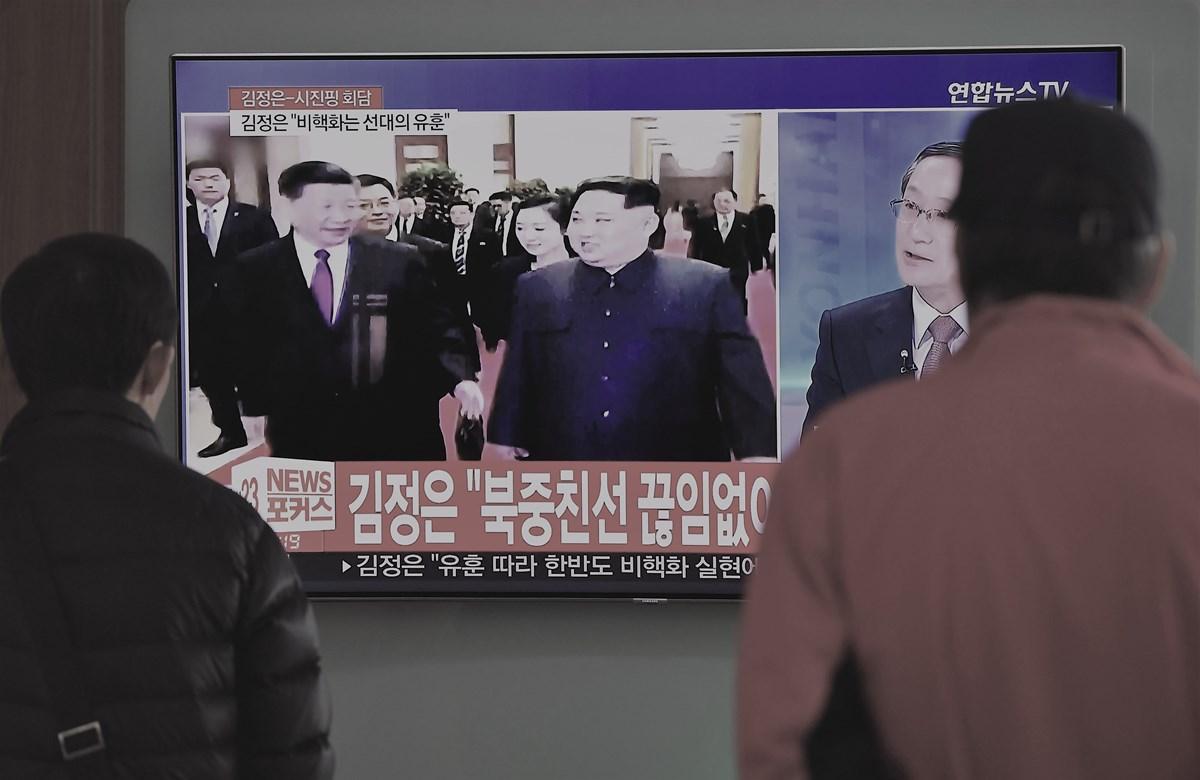 北韓領導人金正恩3月25日至28日首次出訪中國,並會見中國國家主席習近平。(JUNG YEON-JE/AFP/Getty Images)