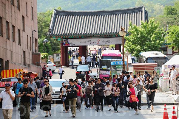 因薩德部署問題,中共對南韓實施了包括限制中國團客來韓旅遊等措施的「限韓令」。圖為「限韓令」前,大批中國遊客在南韓首爾旅遊的情景。(全宇/大紀元)