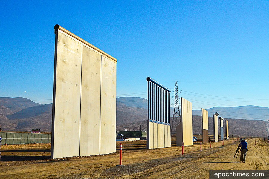 受美國海關與邊境保衛局邀請的六家公司在聖地亞哥Otay Mesa緊靠美墨邊境進行的八個邊境牆模型。(李旭生/大紀元)
