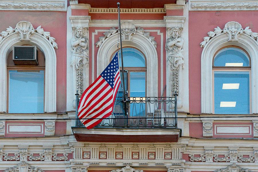 周六(3月31日),美國駐俄羅斯聖彼得堡領事館,收起了星條旗,撤走了外交官,關閉了領事館。與此同時,俄羅斯在華府大使館的外交人員也在當晚乘飛機飛回俄羅斯。(OLGA MALTSEVA/AFP/Getty Images)