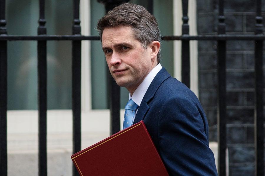 俄羅斯前間諜及其女兒在英國遭神經毒素襲擊而致傷後,英國國防部長韋廉信(圖)周日警告說,一場新時代的戰爭已經到來。(Jack Taylor/Getty Images)