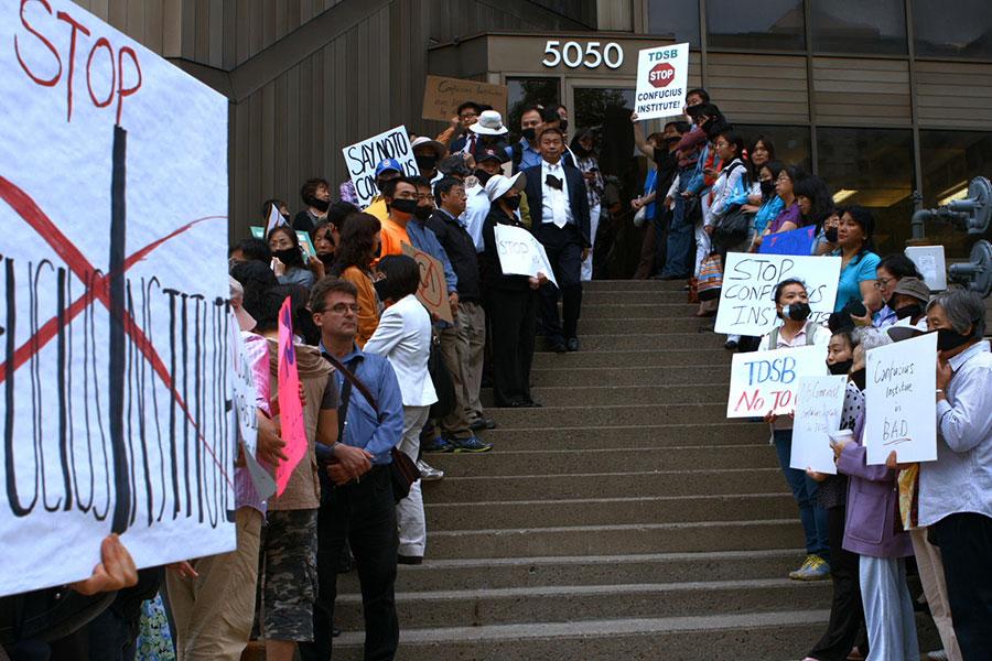 加拿大麥克馬斯特大學在2013年關閉孔子學院,創下全球首例,《假孔子之名》這部電影便記錄了當時加拿大教育界正反雙方激辯的過程。圖為要求關閉孔子學院的民眾在現場抗議。(導演秋旻提供)