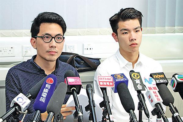 劉子頎(右)認為他們被處分是「槍打出頭鳥」,校方欲令學生對校政改革議題噤聲。旁為陳樂行。(蔡雯文/大紀元)