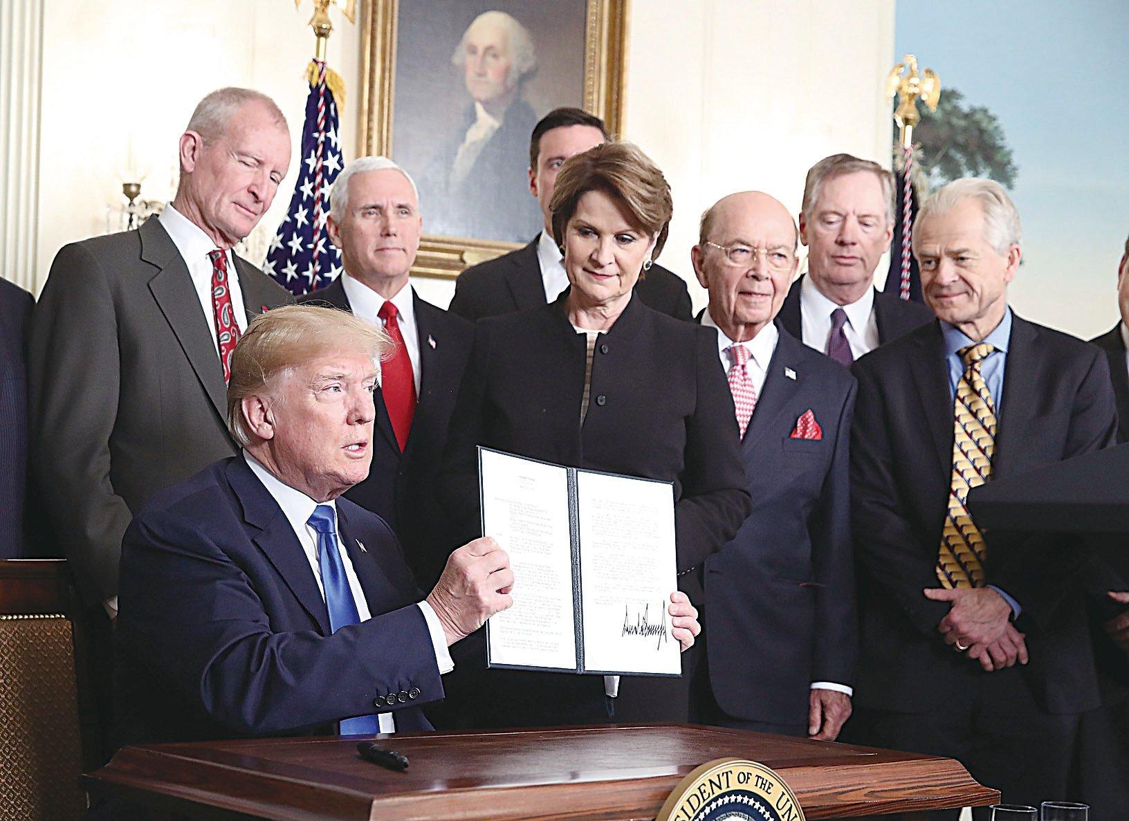 為懲罰中共竊取美國智慧財產權和商業秘密,美國總統特朗普在3月22日簽署行政備忘錄,將對中國600億美元商品課徵關稅。(Mark Wilson/Getty Images)