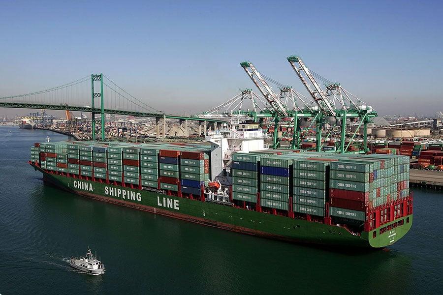 圖為一艘中國貨輪駛進美國加州洛杉磯港。(David McNew/Getty Images)