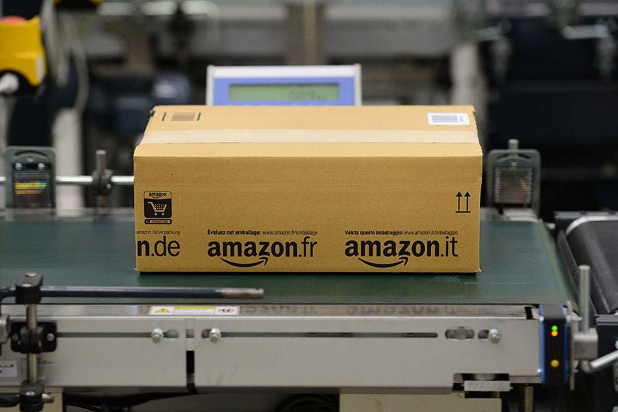 周一上午,美國總統特朗普再發推文,抨擊亞馬遜危及全美零售商的運營,只有「愚蠢之人」才會說亞馬遜讓郵局賺錢。(JOHN MACDOUGALL/AFP/Getty Images)