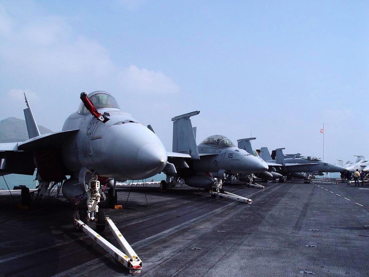 美媒4月2日披露一份中共內部機密文件,揭露中共是如何指示統戰部加強對美國技術的盜竊。圖為美國尼米茲級核能動力航空母艦「林肯號」艦上排列多架戰鬥機。(中央社)