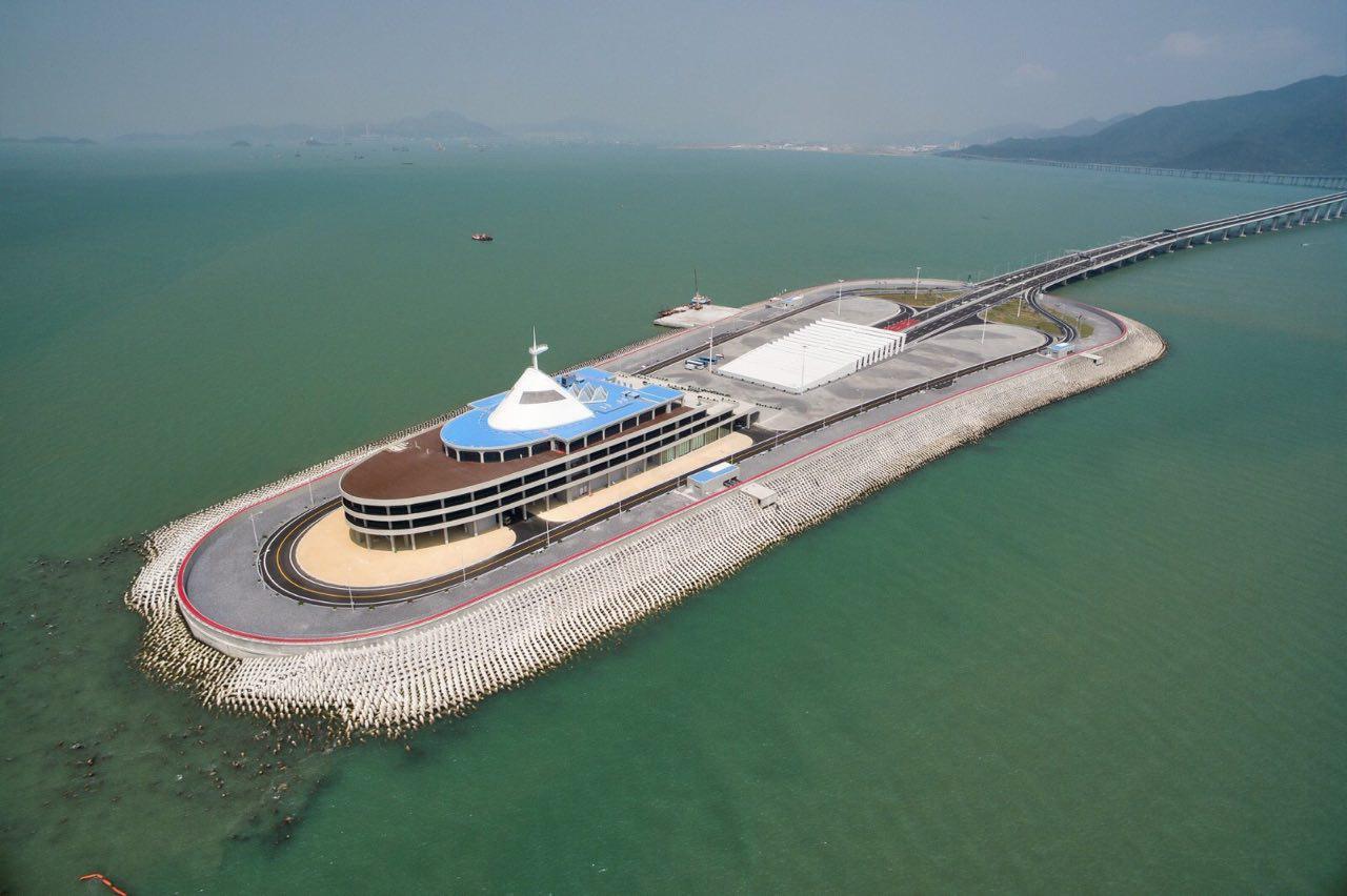 港珠澳大橋東人工島外圍的防波堤部份大石疑被沖散。(Tony Ktchan/UAVHongKong香港無人機航拍會)