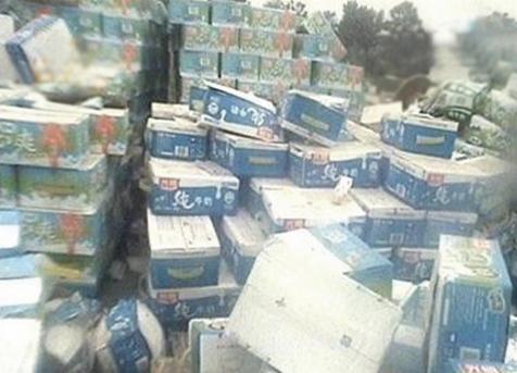 此前光明乳業生產的奶品,被揭使用回收奶。圖為露天堆放的回收「光明奶」。(中央社)