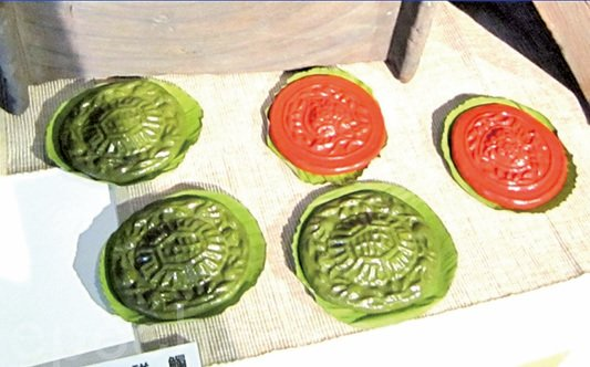 清明掃墓供品,古早味的紅龜粿、艾草粿。(宋順澈/大紀元)
