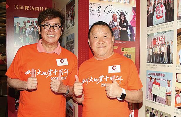 曾志偉以褔幼基金主席身份與藝人譚詠麟出席「四川大地震十周年」慈善展覽記者會,呼籲大家捐出二手相機。(網絡圖片)