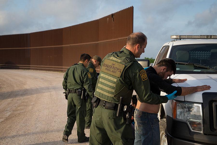 美國聯邦政府官員周一在電話會議上告訴媒體記者,正在起草移民改革一攬子法案,修補現行規定的漏洞,完成後將送到國會。(LOREN ELLIOTT/AFP/Getty Images)