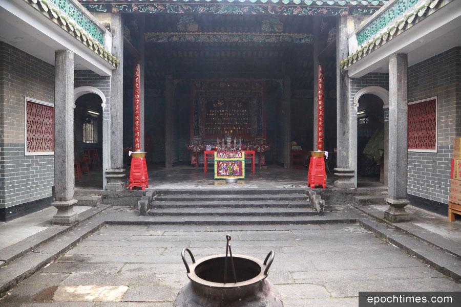 宗祠的中間為天階,兩旁為廂房和走廊,斗拱木刻十分精美,在屋脊上更有精緻的雕飾。(陳仲明/大紀元)