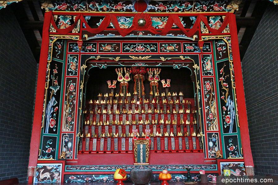 彭氏宗祠正廳設有上下共七層的壁龕,供奉粉嶺村始祖彭桂以後十六世八十八位祖先的神位。(陳仲明/大紀元)