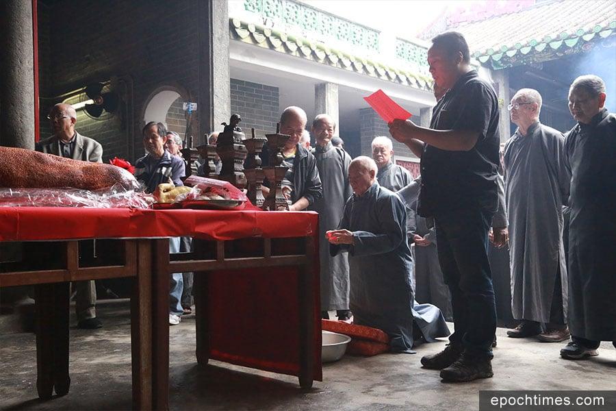 二月初二,彭氏族人在族長的帶領下於宗祠內祭拜祖先。(陳仲明/大紀元)