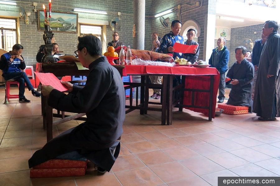 今年二月初五的思德書室春祭恢復唱禮,過程莊重,彰顯儒家的禮樂制度,主張明禮重孝。(彭焯然先生提供)