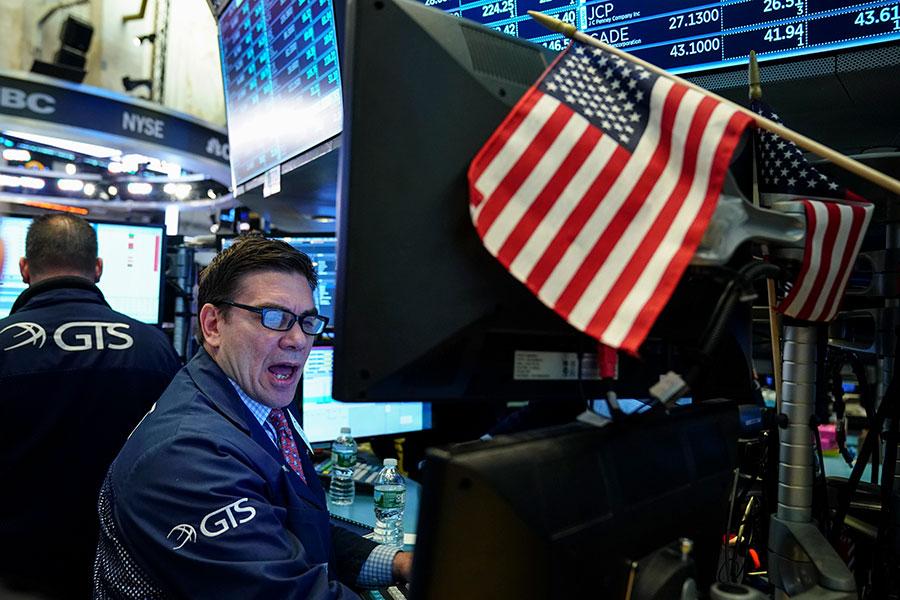 4月4日,華爾街早盤出現大幅虧損。當日下午,股市又大幅回升。(Drew Angerer/Getty Images)