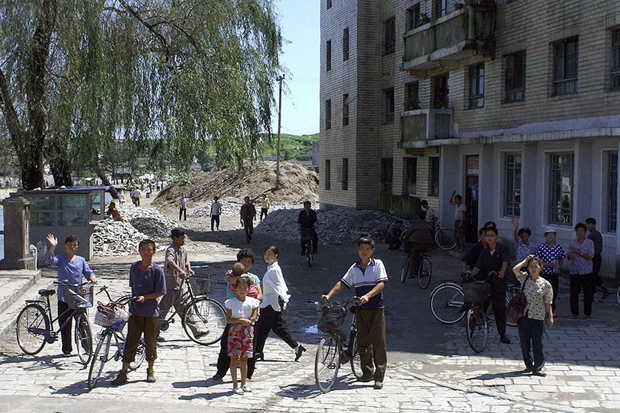自由亞洲電台報道說,北韓現在新派勞工前往中國工作,明顯違反聯合國制裁決議。圖為2003年8月25日,北韓開城特級市的居民。(KIM JAE-HWAN/AFP/Getty Images)