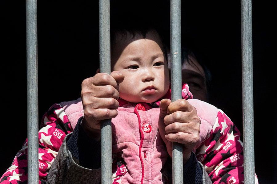 即使中共開放二孩政策,方鳳美認為,仍有許多人還要因此付出代價。(JOHANNES EISELE/AFP/Getty Images)