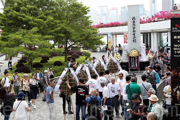 支聯會按傳統在清明節早上,於尖沙咀鐘樓附近舉行儀式悼念六四事件死難者,多個民主派團體都有代表出席獻花。(李逸/大紀元)
