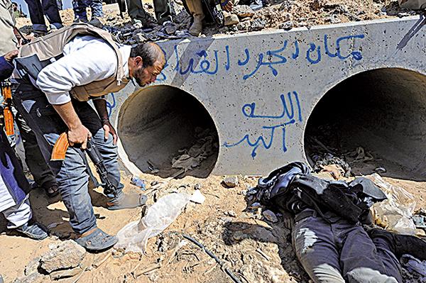 2011年10月20日卡扎菲被擊斃的地下涵洞。(AFP)