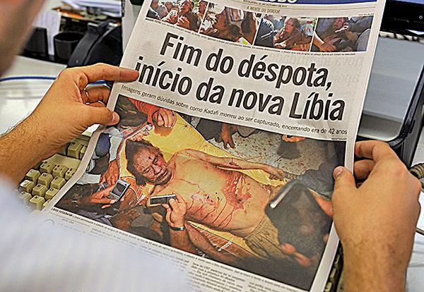 卡扎菲被擊斃的消息成為2011年10月21日世界各報頭條,他卑賤的死相被永久地刻在了歷史恥辱柱上。(AFP)